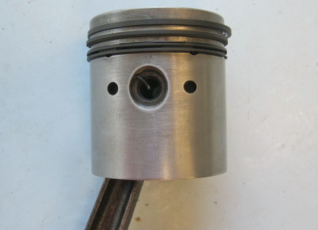 Piston_with_new_rings.jpg